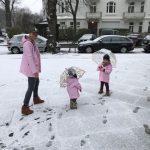 Girls in Love – verliebt in den rosa Regenmantel von Petit Bateau