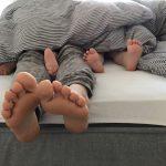 Unsere Kinder schlafen nicht alleine ein – entspannt euch!
